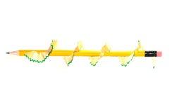 Το ξύρισμα μολυβιών περιστρέφεται γύρω από το κίτρινο μολύβι Στοκ εικόνα με δικαίωμα ελεύθερης χρήσης