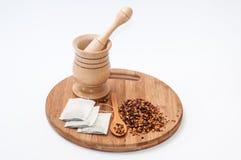 Το ξύλινα κονίαμα και το σκυλί αυξήθηκαν τσάι στο ξύλινο κουτάλι Στοκ εικόνα με δικαίωμα ελεύθερης χρήσης