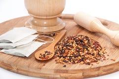 Το ξύλινα κονίαμα και το σκυλί αυξήθηκαν τσάι στο ξύλινο κουτάλι Στοκ εικόνες με δικαίωμα ελεύθερης χρήσης