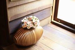 Το ξύλινο βάζο για έβαλε τα λουλούδια, και το εκλεκτής ποιότητας υπόβαθρο Στοκ εικόνα με δικαίωμα ελεύθερης χρήσης