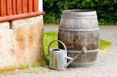 Το ξύλινο βαρέλι και το πότισμα μπορούν Στοκ Φωτογραφίες
