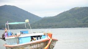 Το ξύλινο επιβατηγό πλοίο οδηγά μια πρόσδεση βαρκών Koh στο λιμάνι βαρκών Yao Noi φιλμ μικρού μήκους