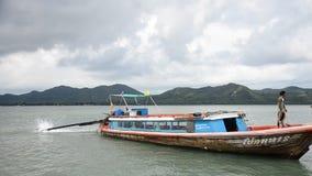 Το ξύλινο επιβατηγό πλοίο οδηγά μια πρόσδεση βαρκών Koh στο λιμάνι βαρκών Yao Noi απόθεμα βίντεο