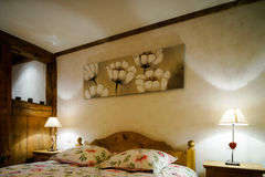 Το ξύλινο εσωτερικό διαμερισμάτων Cosiness, το κλασικό ύφος στοκ φωτογραφία με δικαίωμα ελεύθερης χρήσης