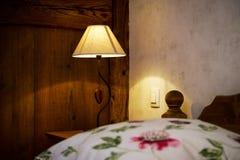 Το ξύλινο εσωτερικό διαμερισμάτων Cosiness, το κλασικό ύφος στοκ εικόνες
