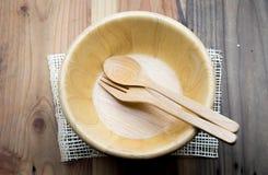 Το ξύλινο κύπελλο σε έναν ξύλινο πίνακα στοκ εικόνα
