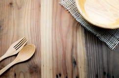 Το ξύλινο κύπελλο σε έναν ξύλινο πίνακα στοκ φωτογραφία με δικαίωμα ελεύθερης χρήσης
