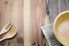 Το ξύλινο κύπελλο σε έναν ξύλινο πίνακα στοκ εικόνες