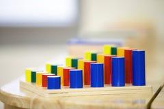 Το ξύλινο παιχνίδι για τα παιδιά μπορεί πρακτικές από αυτό το εργαλείο στοκ φωτογραφία