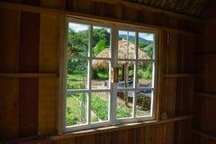 το ξύλινο παράθυρο αγνοεί το φυτικό κήπο Στοκ Εικόνες
