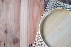Το ξύλινο πιάτο σε έναν ξύλινο πίνακα στοκ εικόνα με δικαίωμα ελεύθερης χρήσης