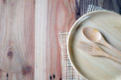 Το ξύλινο πιάτο σε έναν ξύλινο πίνακα στοκ εικόνες