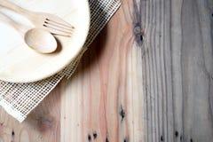 Το ξύλινο πιάτο σε έναν ξύλινο πίνακα στοκ εικόνα