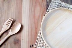 Το ξύλινο πιάτο σε έναν ξύλινο πίνακα στοκ φωτογραφίες