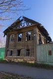Το ξύλινο σπίτι μετά από την πυρκαγιά Στοκ Φωτογραφία