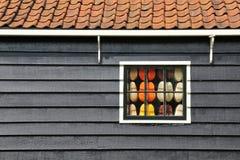 Το ξύλινο σπίτι των Κάτω Χωρών και ένα σύνολο παραθύρων clogs μέσα Στοκ Φωτογραφίες