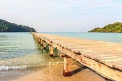 Το ξύλο γεφυρών στην παραλία Στοκ εικόνα με δικαίωμα ελεύθερης χρήσης