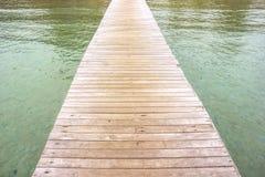 Το ξύλο γεφυρών στη θάλασσα Στοκ Εικόνες