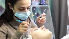 Το ογκομετρικό eyelash επεκτείνεται στο σαλόνι ομορφιάς απόθεμα βίντεο