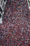 Το ογκώδες πλήθος των ανεμιστήρων του Σικάγου Blackhawks γεμίζει τις οδούς του στο κέντρο της πόλης Σικάγου για την παρέλαση νίκη Στοκ Εικόνες