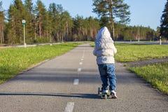 Το οδηγώντας μηχανικό δίκυκλο μικρών κοριτσιών Στοκ Εικόνες