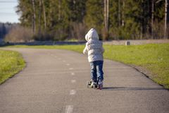 Το οδηγώντας μηχανικό δίκυκλο μικρών κοριτσιών Στοκ φωτογραφία με δικαίωμα ελεύθερης χρήσης