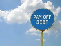 Το οδικό σημάδι πληρώνει μακριά το χρέος και το μπλε ουρανό στοκ εικόνα με δικαίωμα ελεύθερης χρήσης