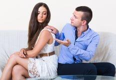 Το οικογενειακό ζεύγος που προσπαθεί να συμφιλιώσει αλλά δεν μπορεί να το διαχειριστεί Στοκ Φωτογραφίες
