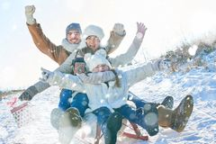 Το οικογενειακό οδηγώντας έλκηθρο και το κράτημα παρουσιάζουν Στοκ εικόνες με δικαίωμα ελεύθερης χρήσης