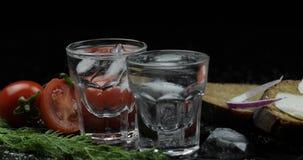 Το οινόπνευμα πίνει τη βότκα στα πυροβοληθε'ντα ποτήρια Επιφάνεια με τα πρόχειρα φαγητά στοκ εικόνες
