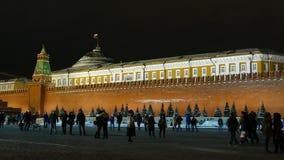 Το οι άνθρωποι τοίχων του Κρεμλίνου χειμερινοί βράδυ και (δείτε τη εθνική σημαία της Ρωσίας) φιλμ μικρού μήκους