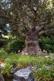 Το ομιλούν δέντρο παραμυθιού στο δάσος παραμυθιού στο θέμα Στοκ Φωτογραφία