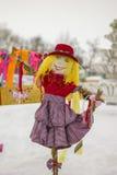 Το ομοίωμα Maslenitsa Φωτεινή κούκλα στα ρωσικά εθνικά ενδύματα Στοκ Φωτογραφία