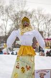Το ομοίωμα Maslenitsa Φωτεινή κούκλα στα ρωσικά εθνικά ενδύματα Στοκ φωτογραφία με δικαίωμα ελεύθερης χρήσης