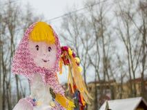 Το ομοίωμα Maslenitsa Φωτεινή κούκλα στα ρωσικά εθνικά ενδύματα Στοκ Εικόνα