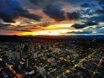 το ομορφότερο πράγμα είναι να δει πώς ένα ηλιοβασίλεμα πέφτει στοκ εικόνα