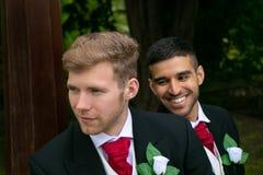 Το ομοφυλοφιλικό ζεύγος των νεόνυμφων θέτει για τις φωτογραφίες στη ημέρα γάμου τους στοκ εικόνα