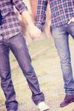 το ομοφυλοφιλικό κράτημα χεριών ζευγών Στοκ Εικόνες