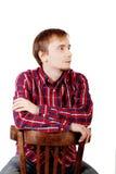 Το ονειρεμένος άτομο με τη γενειάδα στο ελεγμένο κόκκινο πουκάμισο κάθεται Στοκ φωτογραφία με δικαίωμα ελεύθερης χρήσης