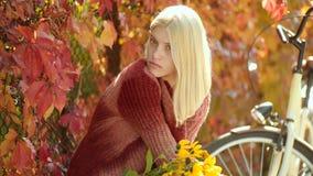 Το ονειροπόλο κορίτσι με μακρυμάλλη πλέκει μέσα το πουλόβερ Κορίτσι και χαρά φθινοπώρου ευτυχές Υπαίθριο ταξίδι διακοπών διακοπών φιλμ μικρού μήκους