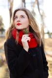 Το ονειροπόλο κορίτσι που περιμένει τα μπλε μάτια άνοιξη στον ουρανό Στοκ εικόνες με δικαίωμα ελεύθερης χρήσης