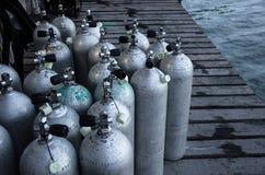 Το οξυγόνο σκαφάνδρων τοποθετεί σε δεξαμενή ενός στοκ εικόνα