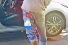 Το οπίσθιο πλύσιμο αυτοκινήτων σκουπίζει το αυτοκίνητο με το μπλε υγρό στην πλάτη στοκ φωτογραφία με δικαίωμα ελεύθερης χρήσης