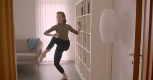 Το οπίσθιο πορτρέτο του τρυφερού καυκάσιου ballerina prima εισάγει το δωμάτιο και χορεύει αργά και γοητευτικά φιλμ μικρού μήκους