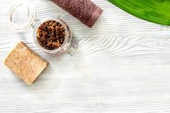 Το οργανικό σαπούνι καφέ, καφές τρίβει και πετσέτα στην ξύλινη τοπ άποψη υποβάθρου copyspace Στοκ φωτογραφία με δικαίωμα ελεύθερης χρήσης