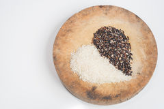 Το οργανικό σιτάρι ρυζιού, καφετί ρύζι στη μορφή καρδιών απομονώνει στο λευκό με το CLI [pping πορεία Στοκ Φωτογραφίες