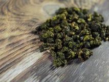 Το οργανικό φυσικό τσάι φύλλων στο α η επιφάνεια Στοκ Εικόνα