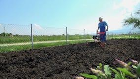 Το οργώνοντας εδαφολογικό έδαφος με το γερανό καλλιεργητών μηχανών πυροβόλησε σε αργή κίνηση φιλμ μικρού μήκους