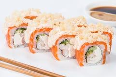 Το ορεκτικό σούσι maki κυλά με το ρύζι, το σολομό, τον τόνο και τη σάλτσα επάνω Στοκ Εικόνες