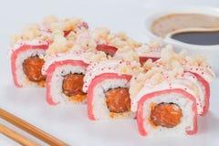 Το ορεκτικό σούσι maki κυλά με το ρύζι, το σολομό, τον τόνο και τη σάλτσα επάνω Στοκ φωτογραφία με δικαίωμα ελεύθερης χρήσης